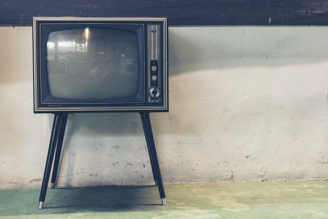 同じテレビを見ながら電話する