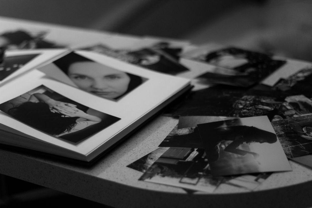 彼女との思い出の品やメールを見て寂しさを紛らわす